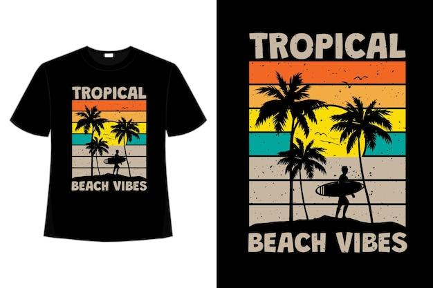 レトロなスタイルでトロピカルなビーチの雰囲気をサーフィンする夕日の t シャツ デザイン