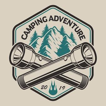 山、キャンプをテーマにしたビンテージスタイルの懐中電灯のtシャツデザイン。 tシャツのデザインに最適です。レイヤード