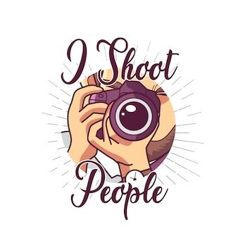 Tシャツデザインのデジタル一眼レフカメラを抱きかかえた