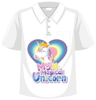 白い背景の上の隔離された襟tシャツ