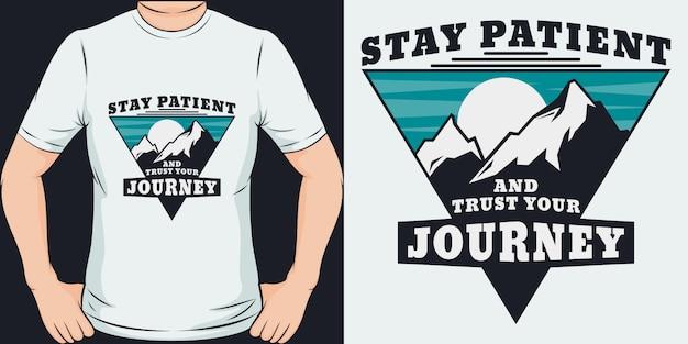 忍耐強く、あなたの旅を信頼してください。ユニークでトレンディなtシャツのデザインまたはモックアップ。