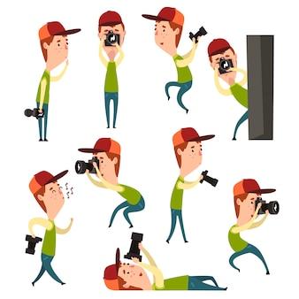 さまざまな状況でカメラを持つ少年の漫画セット。プロの装備を持つ若い男のカメラマン。緑のtシャツ、ジーンズ、帽子をかぶった子供。