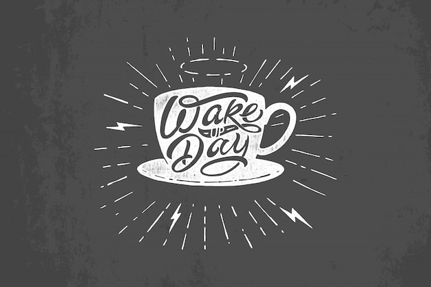 暗い灰色の背景に目を覚ます日のタイポグラフィとコーヒー・マグのイラスト。黒板にヴィンテージのレタリング。 tシャツ、メモ帳、ポスター、バナー、ポストカード、スケッチブックに印刷するためのテンプレート。