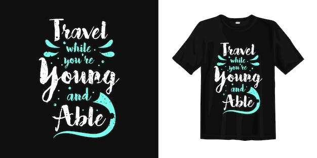 若くて有能なtシャツで旅行する