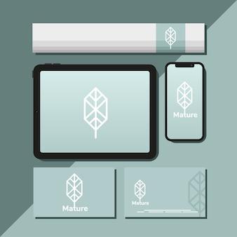 タブレットと青いイラストデザインのモックアップセット要素のバンドル