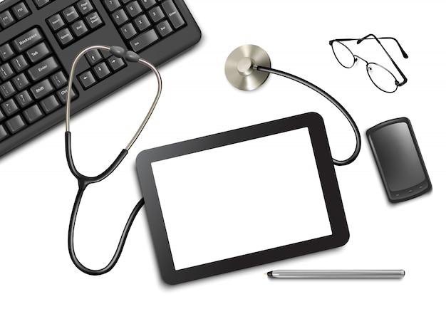 Сенсорная панель планшета и канцелярских принадлежностей на столе у врача.