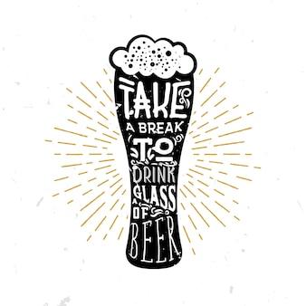 一杯のビールを飲みながら休憩-ビールのグラスの中のレタリング
