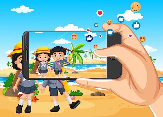 ビーチビューの背景にスマートフォンで旅行写真を撮る