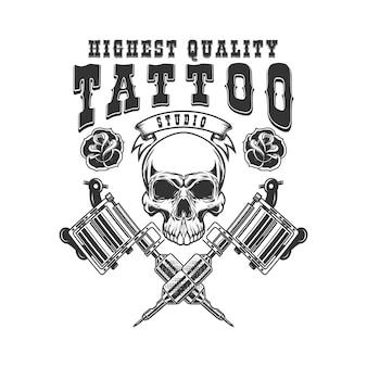タトゥースタジオのエンブレムテンプレート。クロスタトゥーマシン、頭蓋骨、バラ。ロゴ、ラベル、サイン、ポスター、tシャツのデザイン要素。