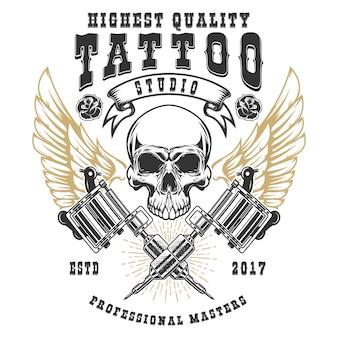 タトゥースタジオポスターテンプレート。交差したタトゥーマシンを備えた翼のある頭蓋骨。ロゴ、ラベル、エンブレム、看板、ポスターの要素。図