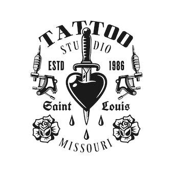 Эмблема вектор студии татуировки с сердцем пронзил нож в винтажном монохромном стиле, изолированные на белом фоне