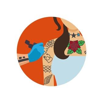 Художник-татуировщик рисует женское тело