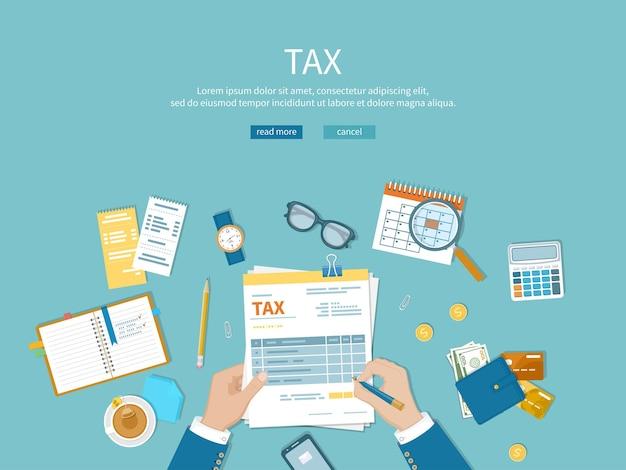 세금 지불 남자는 세금 양식을 작성하고 재무 달력 돈 현금 금화를 계산합니다.