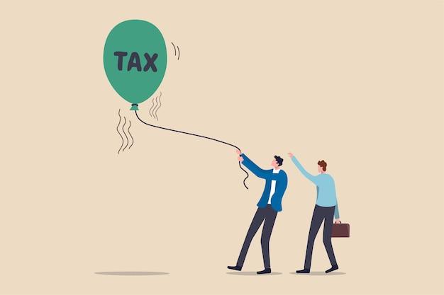 Повышение налогов для оплаты кризиса с коронавирусом covid-19, решение правительства о повышении налоговой ставки для политики помощи в концепции экономического кризиса, бизнесмены помогают удерживать поднимающийся воздушный шар со словом налог