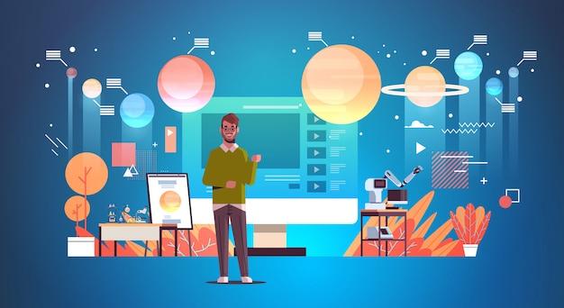 教師のブロガーがオンラインビデオを記録している太陽光発電システムの探査天文学レッスンブログコンセプト男教育トレーニング全長水平を与える