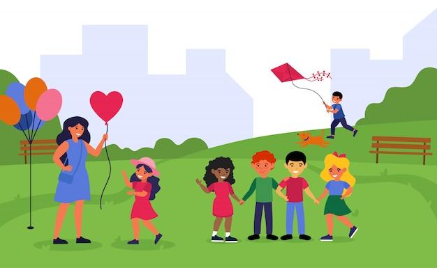 Учитель проводит время с дошкольниками в парке
