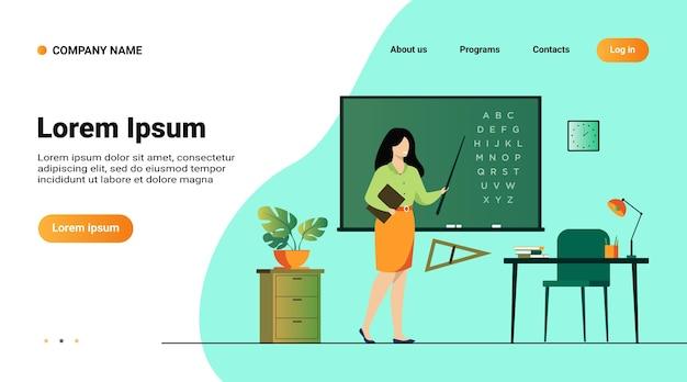 Учитель, стоящий возле доски и держащий палку, изолировал плоскую векторную иллюстрацию. мультипликационный персонаж женщины возле доски и указывая на алфавит