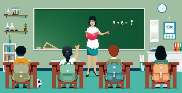Учителя преподают математику ученикам в классе