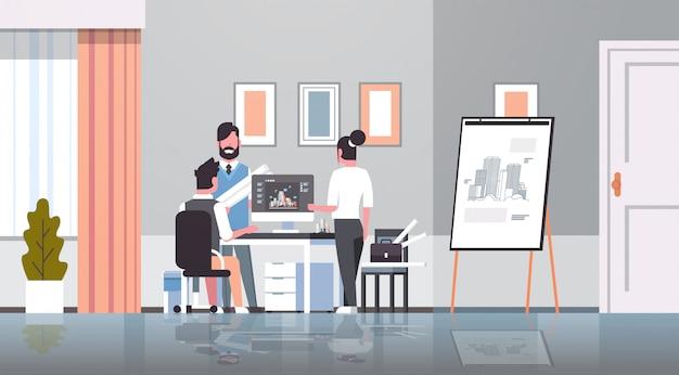 Команда архитекторов инженеров чертит план городского здания на компьютерном панорамировании дизайн проекта