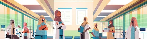 病院の廊下での会議中に話し合う制服を着たアラビア語医師のチーム医学ヘルスケアの概念水平肖像画ベクトル図