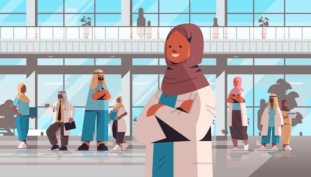 병원 건물 의학 의료 개념 수평 벡터 일러스트 레이 션의 앞에 함께 서있는 유니폼에 아랍어 의사의 팀
