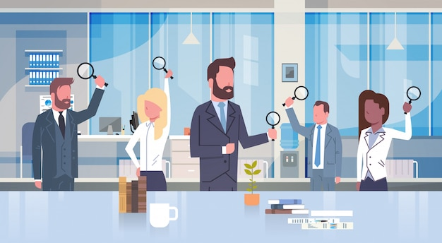 Группа деловых людей, занимающих увеличительное стекло, работающих в современном офисе концепции team of businessm