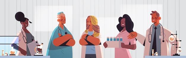 医療専門家のチームは、臨床検査医学のヘルスケアの概念の水平方向の肖像画のベクトル図で一緒に働く制服を着たレースの医師を混合します