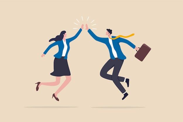 チームの成功の勝者、ハイタッチまたはビジネス目標の達成、コラボレーションまたは励ましの概念、幸せなビジネスマンと女性のチームワークの同僚がジャンプし、ハイタッチで5つの拍手。