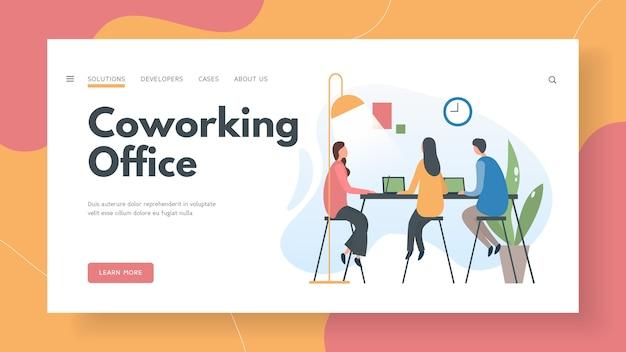 チームのwebスペシャリストがコワーキングオフィスで働いています