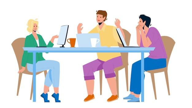 Команда работать вместе за столом в векторе офисной комнаты. обсуждение проекта коллегами, мозговой штурм и стратегия разработки, работа сотрудников в команде. персонажи плоский мультфильм иллюстрации