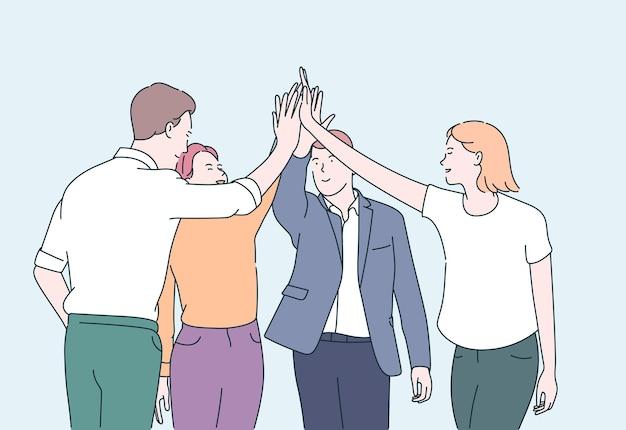 Работа в команде и концепция построения команды. молодые деловые люди офисные работники партнеры стоя и давая руки после успешных переговоров.