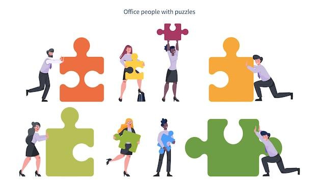 Командная работа . деловой мужчина и женщина, держащая часть головоломки. сотрудничество сотрудников, общение и решение.