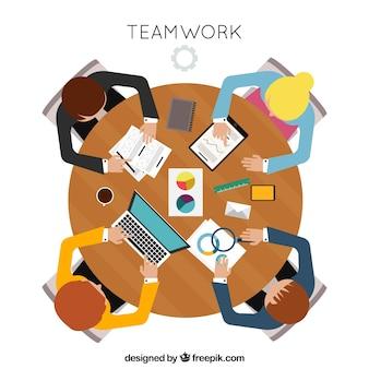 Concetto di lavoro di squadra con vista dall'alto della scrivania rotonda