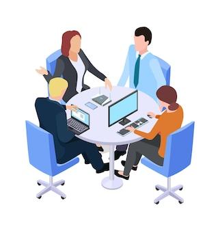 Командная работа. изометрические деловая встреча, люди говорят о проекте за столом или в рабочем процессе. мозговой штурм векторные иллюстрации. деловая встреча в команде, 3d разговор людей в офисе