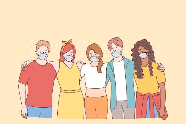 팀워크, 지원, 다민족 그룹 개념. 젊은 사람들은 보호용 안면 마스크를 쓴 인종 친구 또는 유행성시기에 서로 서서 포옹하는 창조적 인 동료를 혼합했습니다.