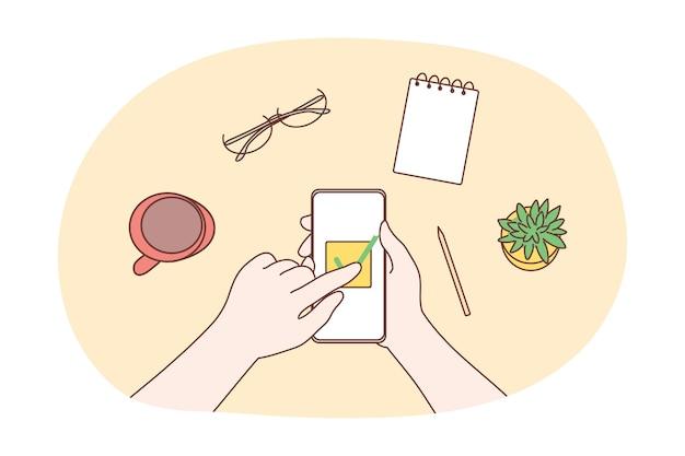 テクノロジー、ソーシャルメディア。人間のビジネスマンのキャラクターの手は携帯電話を使用します