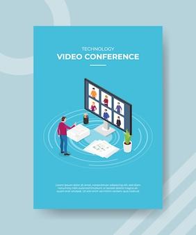 Uomini di videoconferenza di tecnologia che si levano in piedi davanti alla gente dello schermo di grande computer sul display