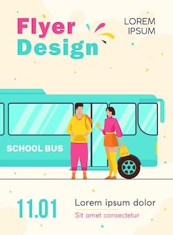학교 버스 전단지 서식 파일에 서있는 십 대 커플