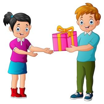 행복 한 여자에 게 선물 상자를주는 10 대 소년
