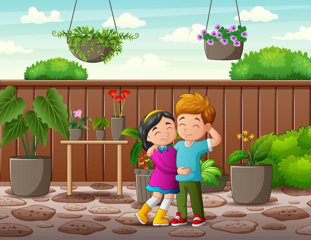 庭の10代のカップル