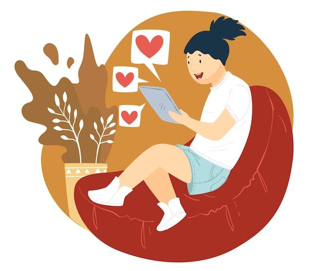 Подросток общается в чате с парнем. девушка держит смартфон или ноутбук, общаясь в сети или просматривая романтические видео. женский персонаж дома с планшетом в руках, вектор в плоском стиле