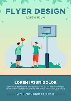 Adolescenti che giocano a basket in strada. palla, ragazzo, illustrazione vettoriale piatto amico. gioco di sport e concetto di attività estiva