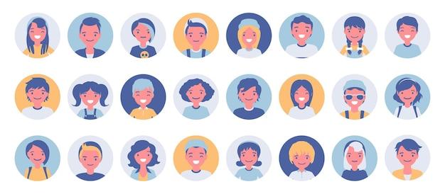 十代の若者たちと子供たちのアバターの大きなバンドルセット。かわいい子供、男の子と女の子の顔、オンラインゲームのユーザー写真アイコン、チャットルームの表現。白い背景で隔離のベクトルフラットスタイルの漫画イラスト