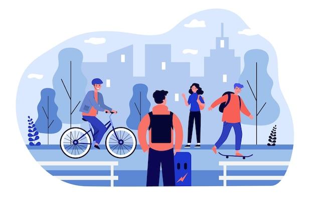 자전거를 타고 자전거 트랙에서 스케이트 보드를 타는 청소년