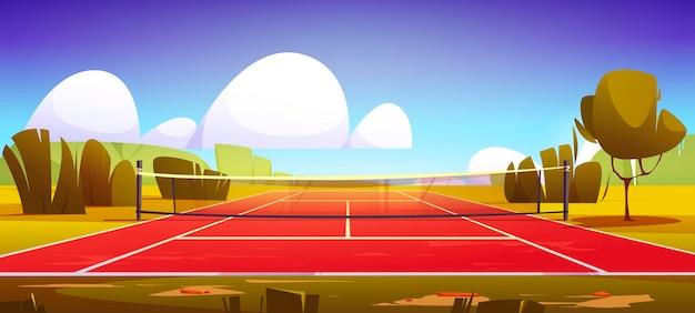Спортивное поле теннисного корта с сеткой на зеленой лужайке