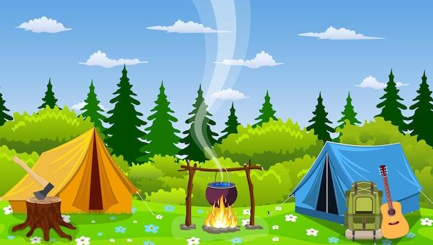 숲에서 모닥불과 텐트. 야외에서 야생의 자연과 캠핑 개념