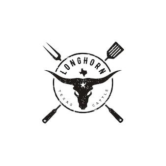 テキサスロングホーン牛、バーベキューバーベキューグリルヴィンテージラベルロゴデザインのためのヘラとフォークとカントリーウエスタンブル牛