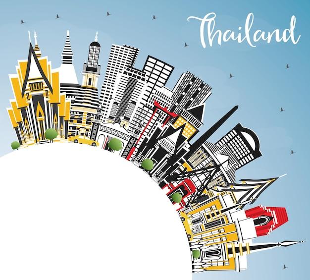 色の建物、青い空、コピースペースのあるタイの街並み。ベクトルイラスト。歴史的建造物と観光の概念。ランドマークのあるタイの街並み。