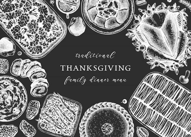 黒板に感謝祭のディナーメニュー。七面鳥のロースト、調理された野菜、巻き肉、野菜、ケーキのスケッチ。ヴィンテージ秋フードフレーム。感謝祭の日のテンプレートです。