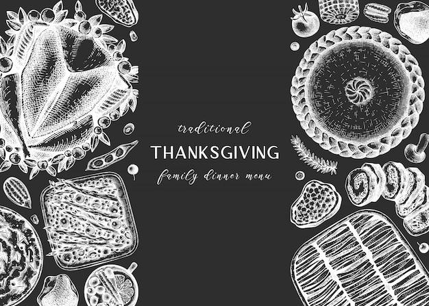 칠판에 추수 감사절 저녁 식사 메뉴. 구운 칠면조, 조리 된 야채, 구운 고기, 베이킹 케이크 및 파이 스케치. 빈티지 가을 음식 프레임. 추수 감사절 배경입니다.